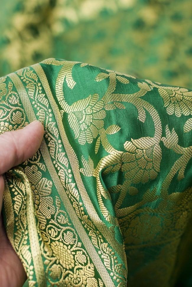 [大判]金色刺繍のデコレーション布 - 唐草・緑の写真6 - 手でもってみたところです。光沢生地と金色の刺繍がとっても良い組み合わせです。