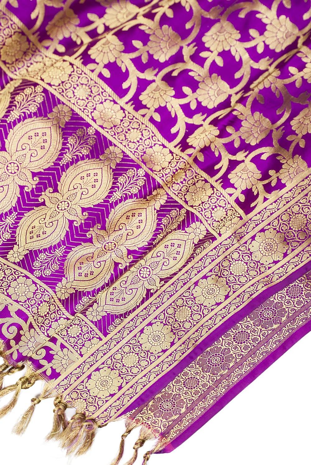 (大判)金色刺繍のデコレーション布 - 唐草・パープル 3 - 端に近い方の部分の拡大写真です。エスニックな文様が美しいですね。
