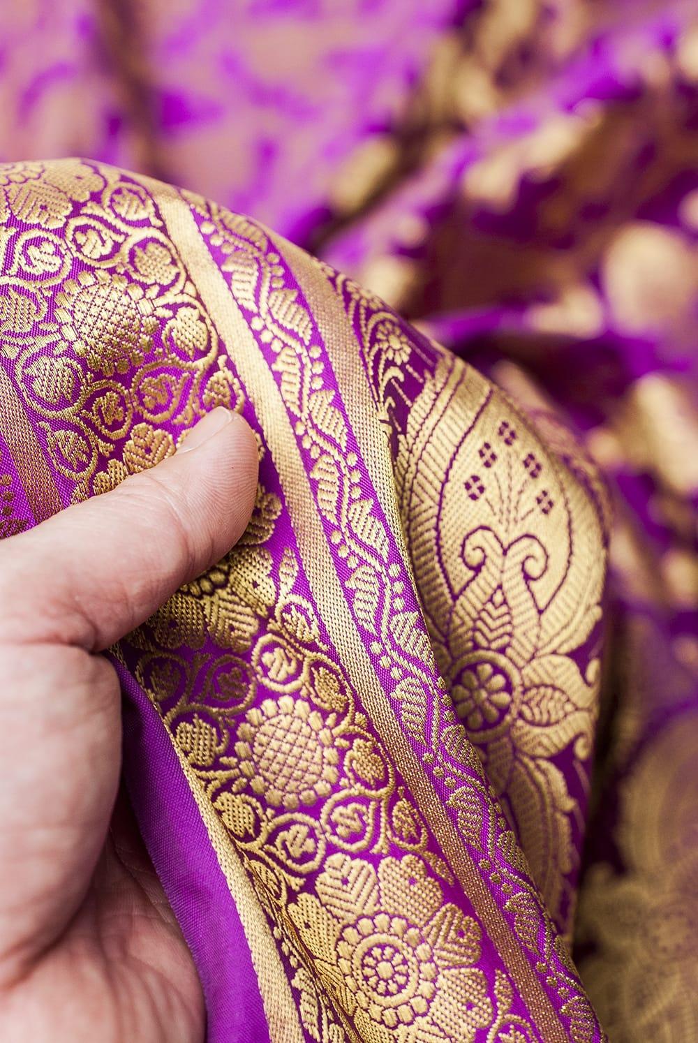 (大判)金色刺繍のデコレーション布 - 唐草・パープル 6 - 手でもってみたところです。光沢生地と金色の刺繍がとっても良い組み合わせです。