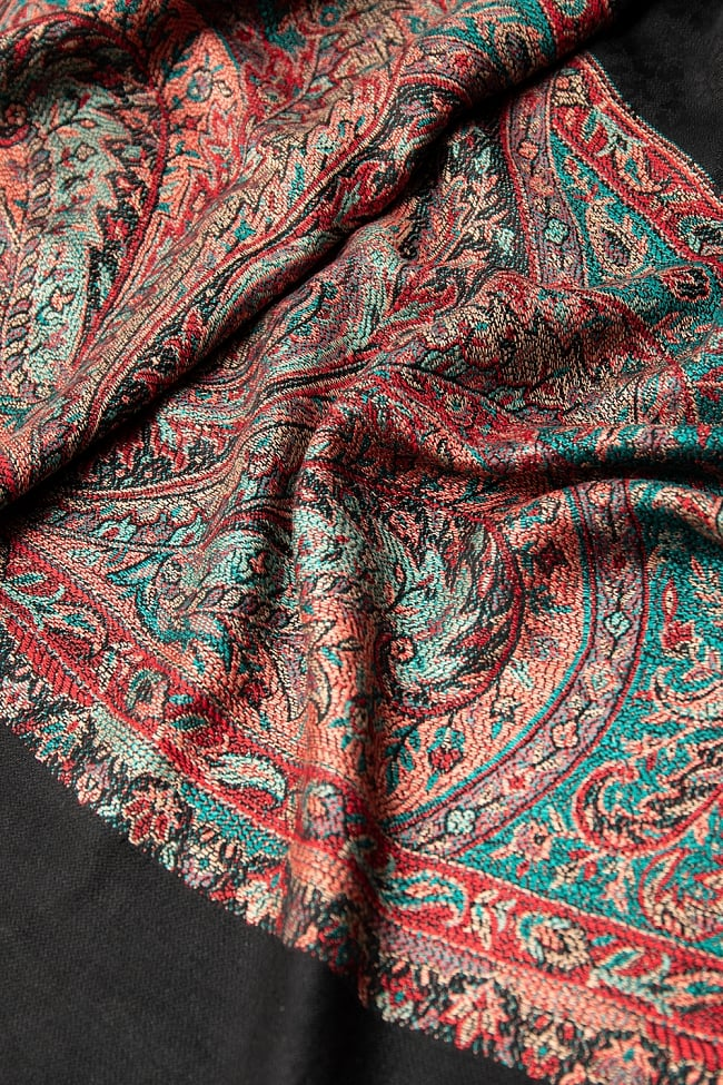 〔210cm×95cm〕インドの伝統柄 ペイズリーショール - ブラック 4 - 光沢感のある美しい布地にペイズリー柄が映えます。