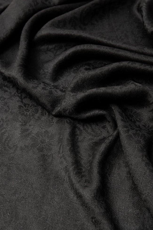 〔210cm×95cm〕インドの伝統柄 ペイズリーショール - ブラック 7 - 無地に見える部分もうっすらと唐草模様が入っています。