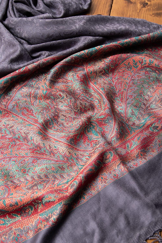 〔200cm×70cm〕インドの伝統柄 ペイズリーショール - グレー 4 - 光沢感のある美しい布地にペイズリー柄が映えます。