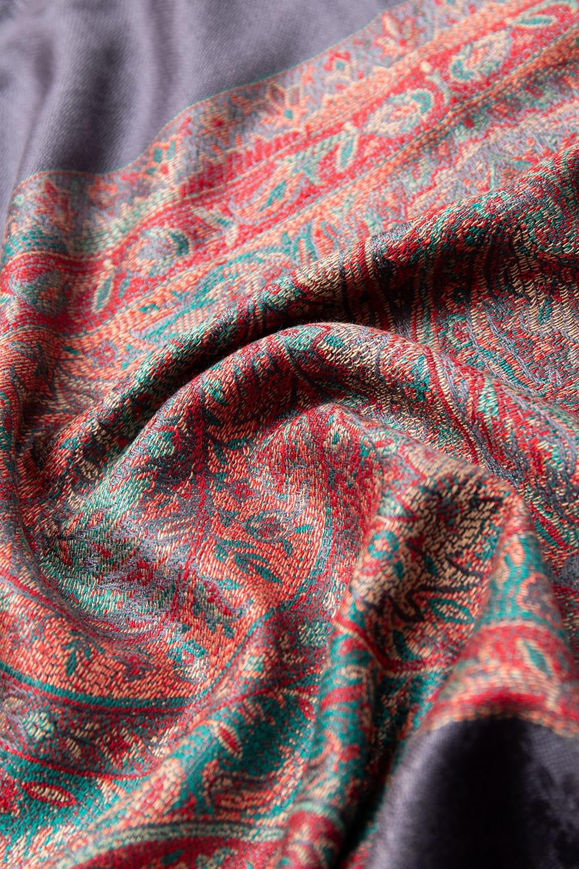 〔200cm×70cm〕インドの伝統柄 ペイズリーショール - グレー 6 - 別の角度から見てみました。