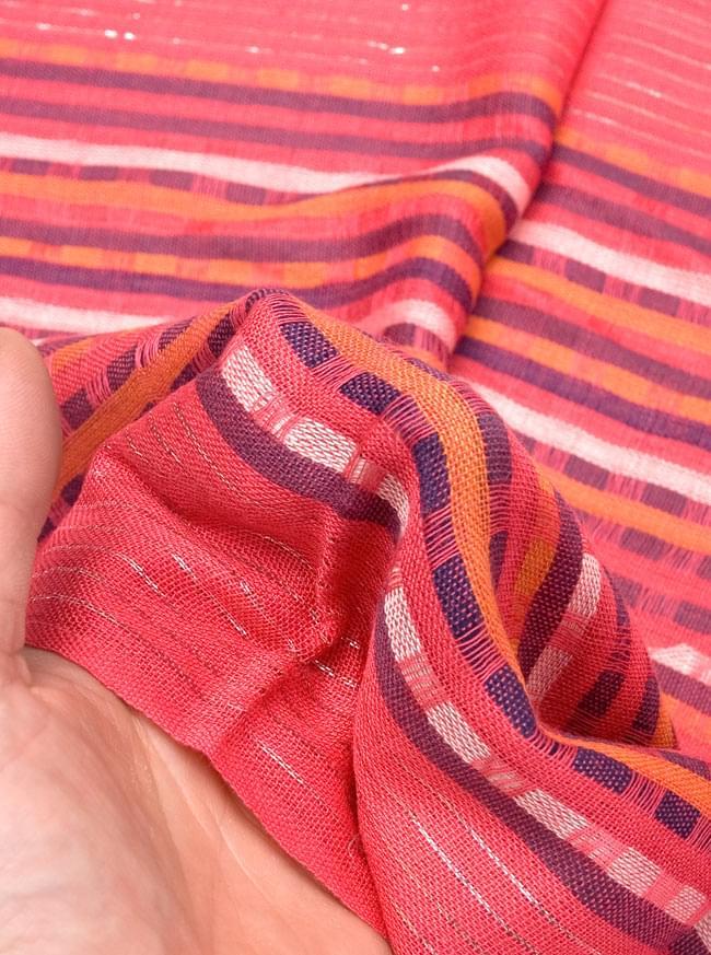 銀糸入りスカーフ - 濃ピンク系 6 - 質感を感じていただくため、手にとってみました。