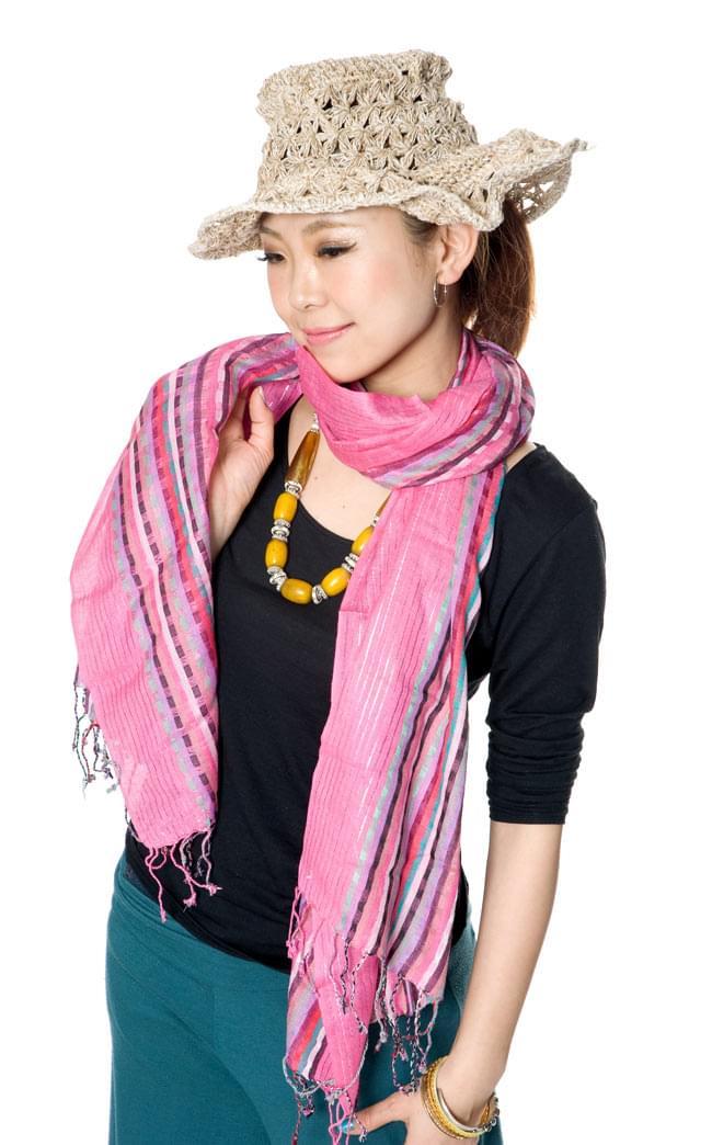 銀糸入りスカーフ - 濃ピンク系 7 - 身長150cmのモデルさんに着てもらいました。