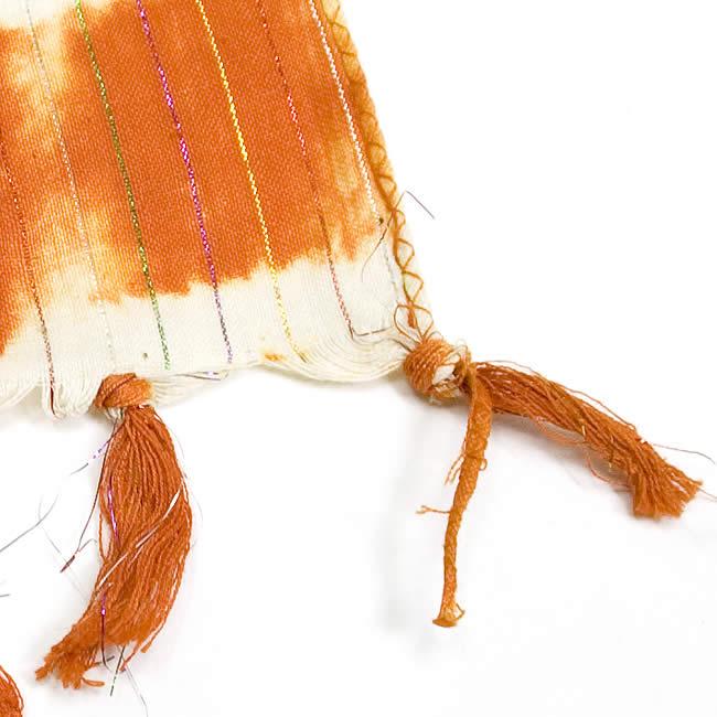 金糸入りタイダイ染めスカーフ - オレンジ 3 - 端部分の写真です。
