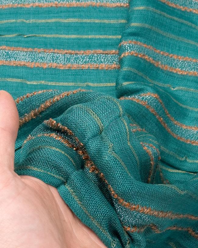 金糸入りスカーフ - 淡緑系の写真6 - 質感を感じていただくため、手にとってみました。