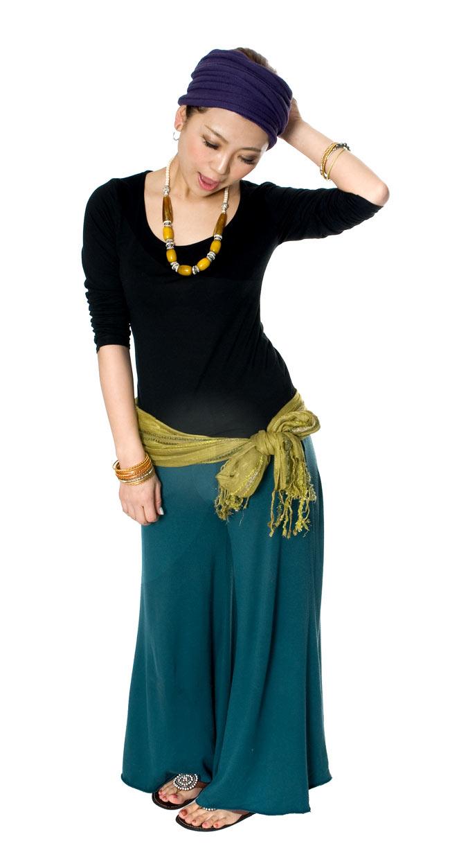 金糸入りスカーフ - 淡緑系の写真9 - 腰に巻くだけでオシャレ度がアップしますね。