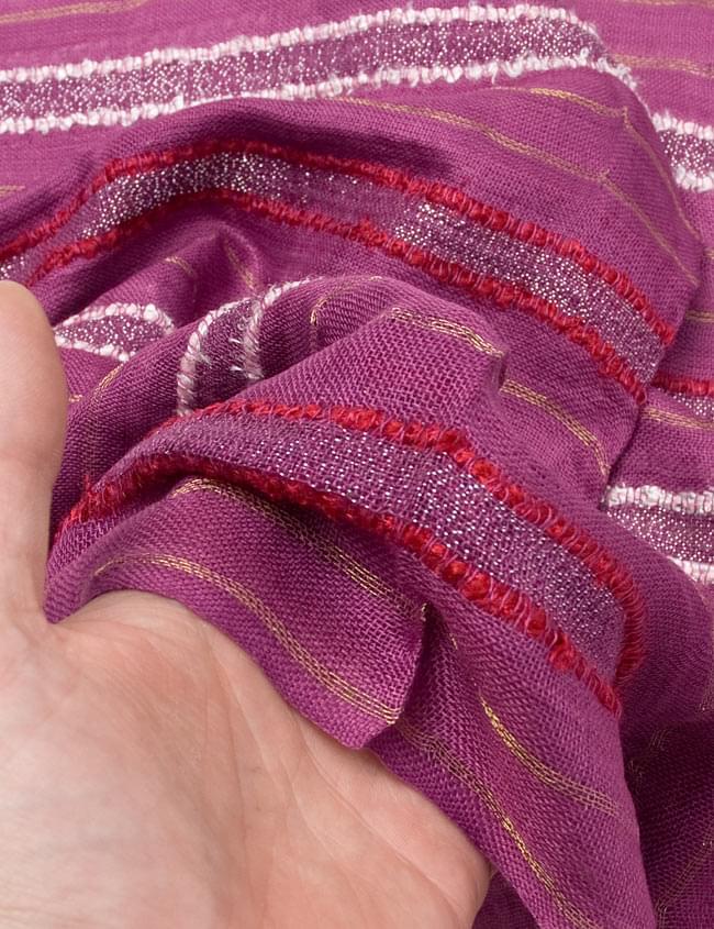 金糸入りスカーフ - 紫系 6 - 質感を感じていただくため、手にとってみました。