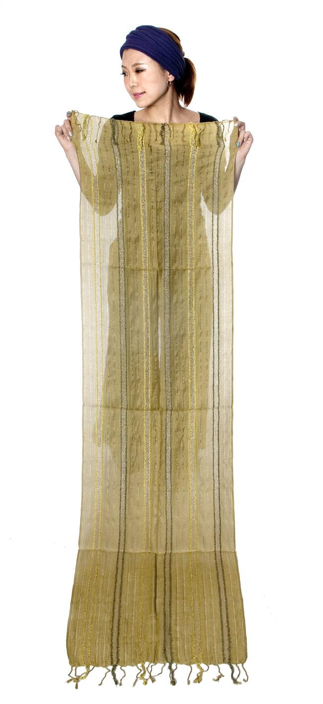 金糸入りスカーフ - 茶系 10 - 身長150センチのモデルさんに広げてもらいました。