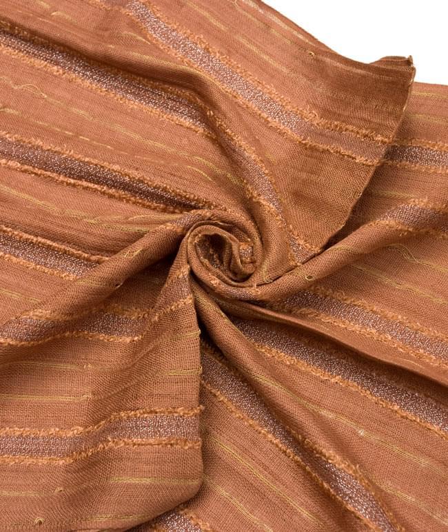 金糸入りスカーフ - 茶系の写真5 - クシュッとしてみました。 ※糸の性質上、写真のように糸にヨレがあり、穴のような箇所がある場合もございます。予めご了承くださいませ。