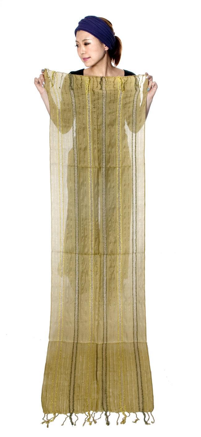 金糸入りスカーフ - 朱色系 10 - 身長150センチのモデルさんに広げてもらいました。