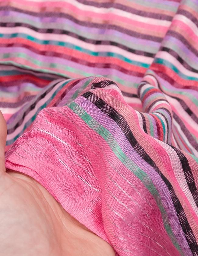 銀糸入りスカーフ - ピンク系の写真6 - 質感を感じていただくため、手にとってみました。