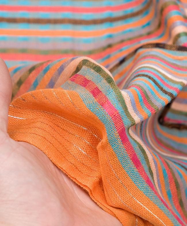 銀糸入りスカーフ - オレンジ系 6 - 質感を感じていただくため、手にとってみました。