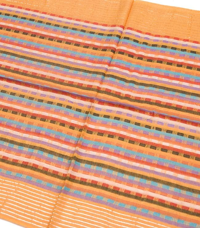 銀糸入りスカーフ - 薄オレンジ系の写真2 - 銀糸がアクセントになっています。