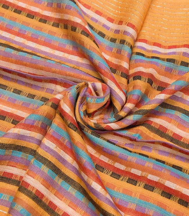銀糸入りスカーフ - 薄オレンジ系の写真5 - クシュッとしてみました。