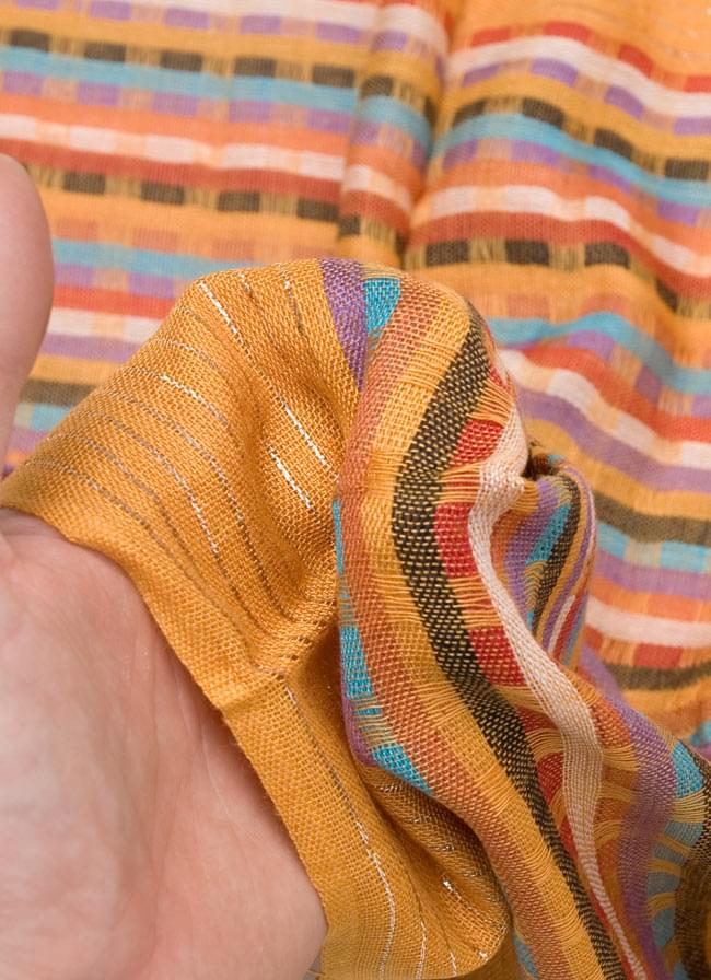 銀糸入りスカーフ - 薄オレンジ系の写真6 - 質感を感じていただくため、手にとってみました。