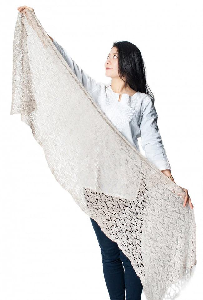 天然ネトルの手編みストール 11 - 広げてみるとこれくらいの大きさです(写真の女性は身長165cmです)