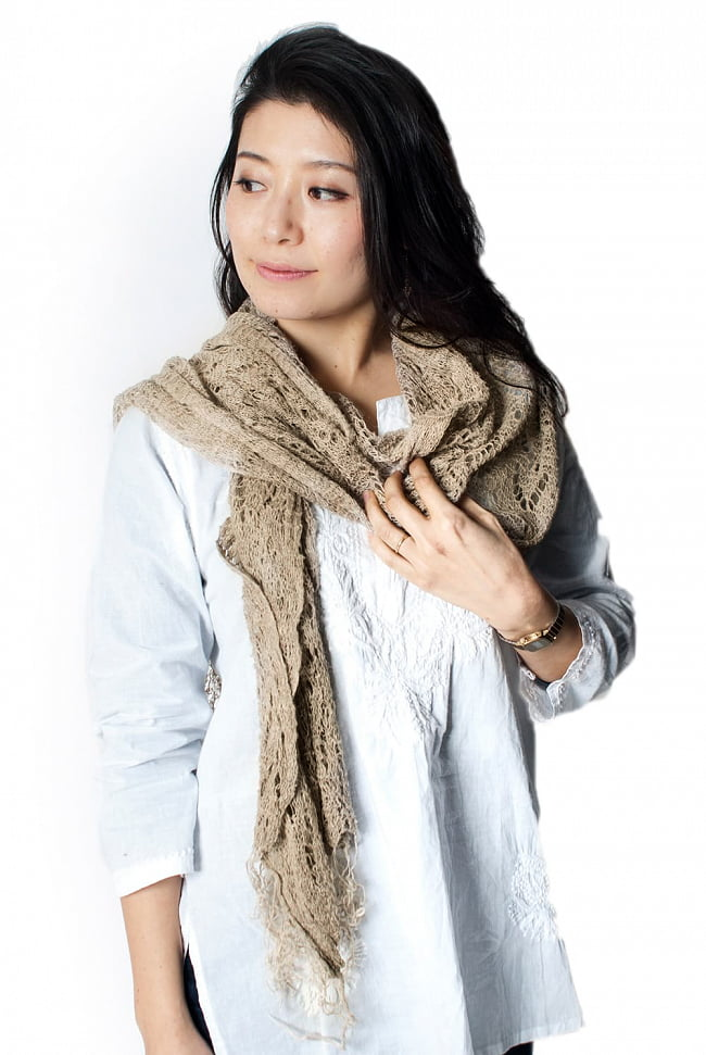 天然ネトルの手編みストール 8 - 着用例になります。