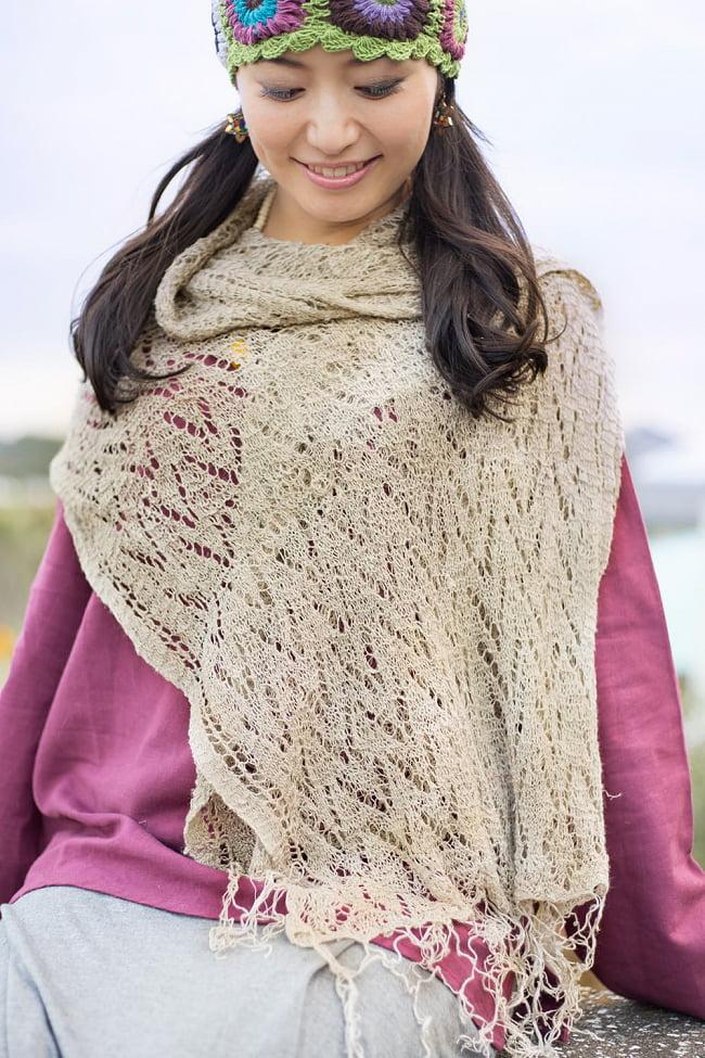 天然ネトルの手編みストール 9 - 屋外での着用例です(同ジャンル品の使用例となります)