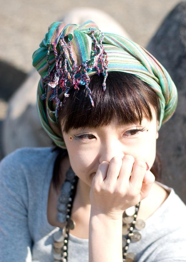 カラフルストライプスカーフ - 薄紫系の写真6 - 使用例です。頭に巻いても素敵ですね(こちらは別色の緑系【SCF-STRP-100】です)。