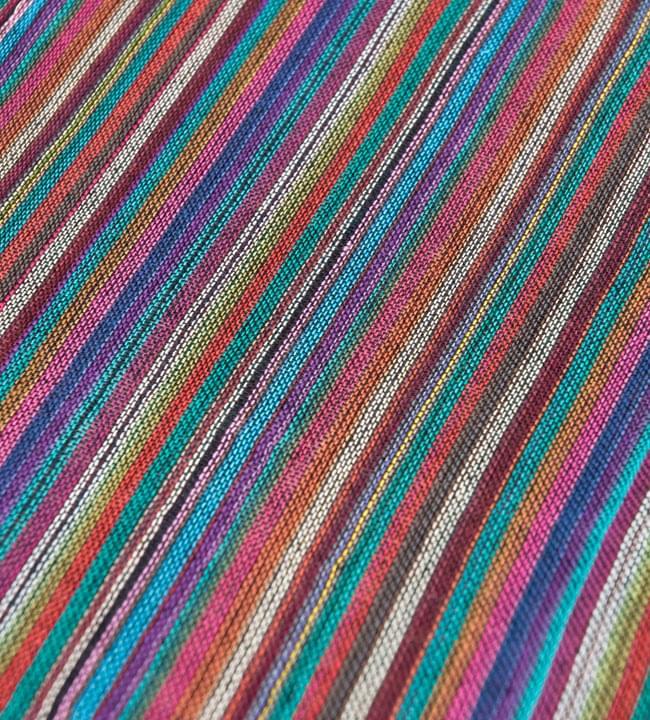 カラフルストライプスカーフ - 紫系の写真2 - 生地を拡大して撮影しました。何色もの糸が使用されています。