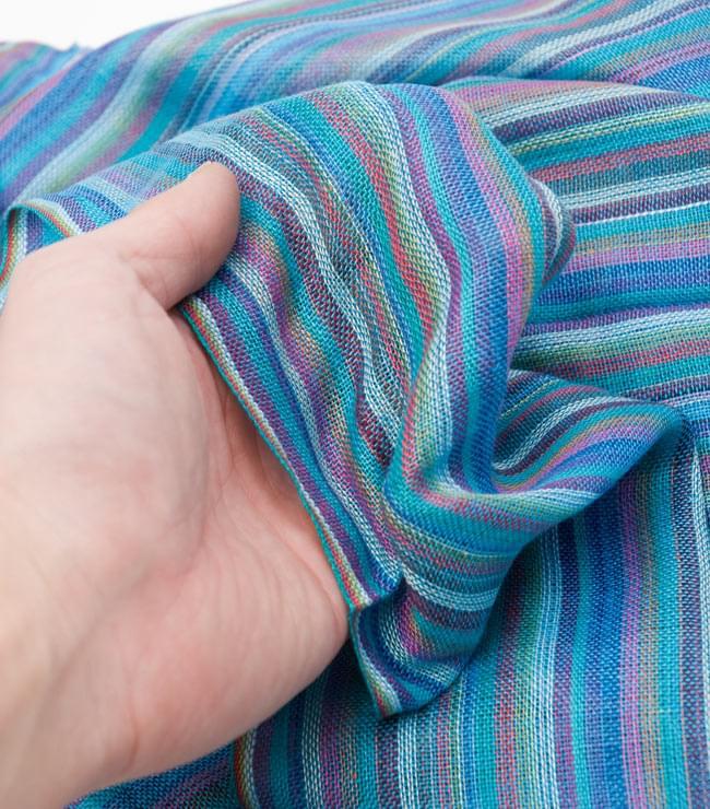 カラフルストライプスカーフ - 水色系 5 - 手にとってみました。質感イメージのご参考にどうぞ。