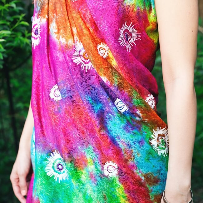 虹色タイダイ染め サイケデリックホーリーファブリック〔170cm×108cm〕の写真10 - 光沢感のある生地で色鮮やか、更紗模様が見る角度によって浮かび上がり、立体感があります。
