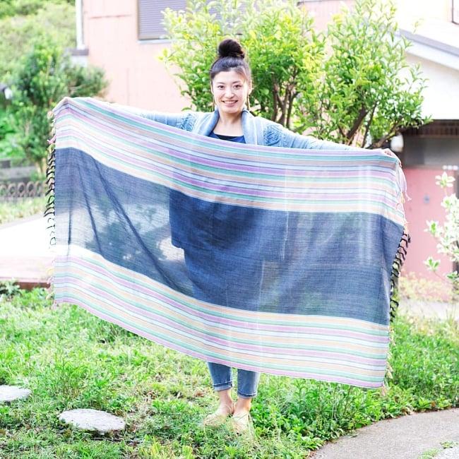 インドの伝統布ルンギーのボーダーストール〔200cm×97cm〕ブルー×レッド 10 - ほぼ同サイズの、同ジャンル布のサイズ比較写真です。このくらいの大きさになります。