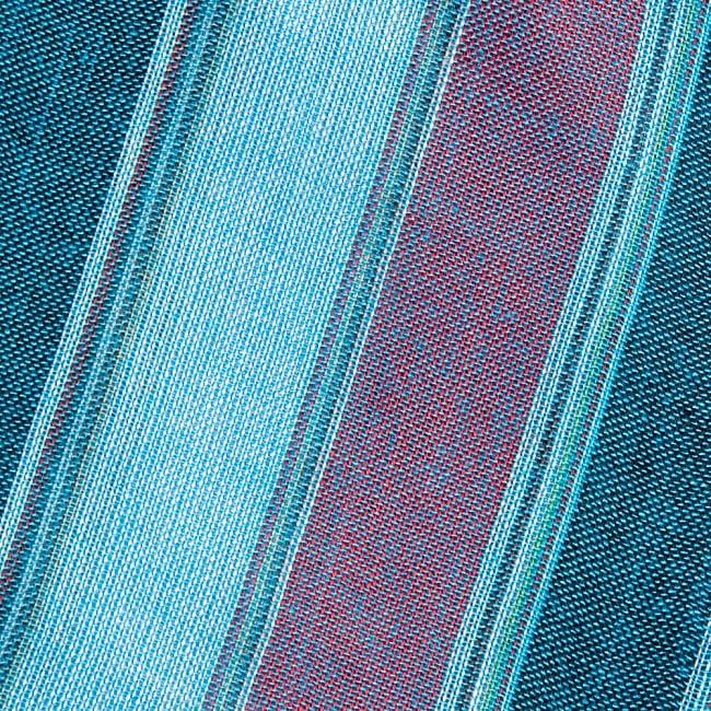 インドの伝統布ルンギーのボーダーストール〔200cm×97cm〕ブルー×レッド 3 - 生地を拡大してみました。