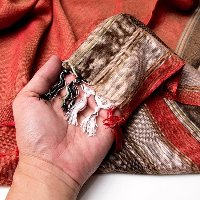 インドの伝統布ルンギーのボーダーストール〔200cm×97cm〕ブラウン×オレンジ 7 - 手にとってみました。