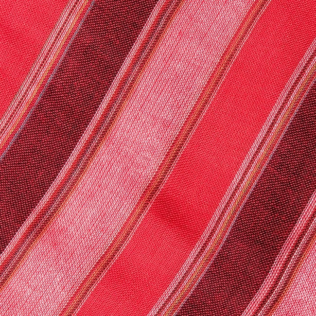インドの伝統布ルンギーのボーダーストール〔200cm×97cm〕レッド 3 - 生地を拡大してみました。