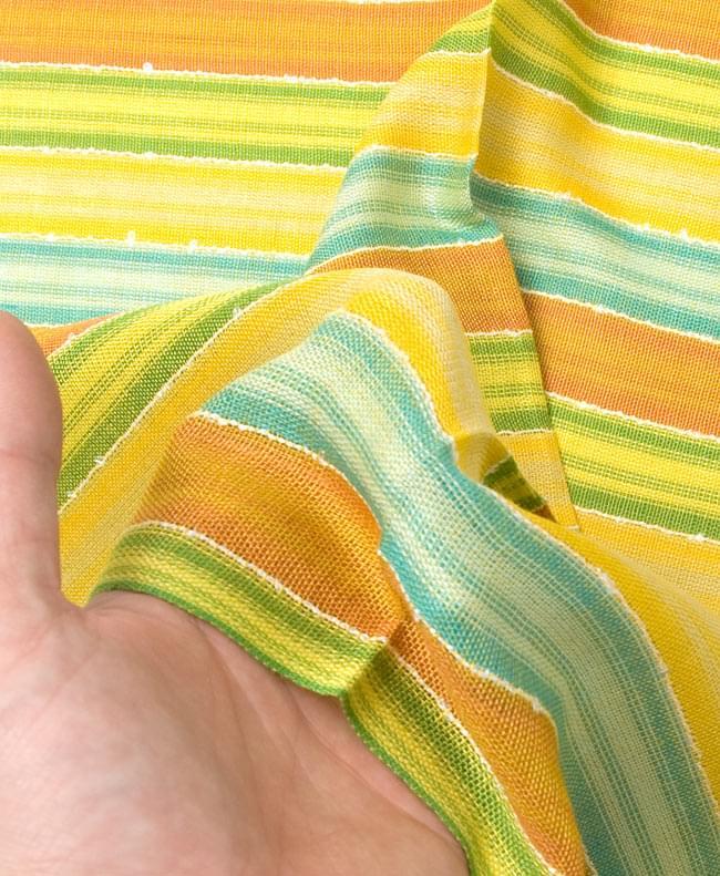 カラフルストライプスカーフ - 黄緑系 5 - 生地の質感を感じて頂くため、手にとってみました