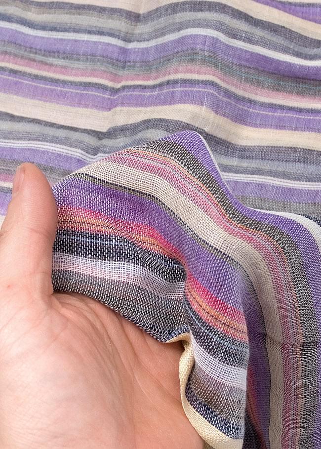 カラフルストライプスカーフ - 薄紫系 6 - 質感を感じて頂くため、手にとってみました。