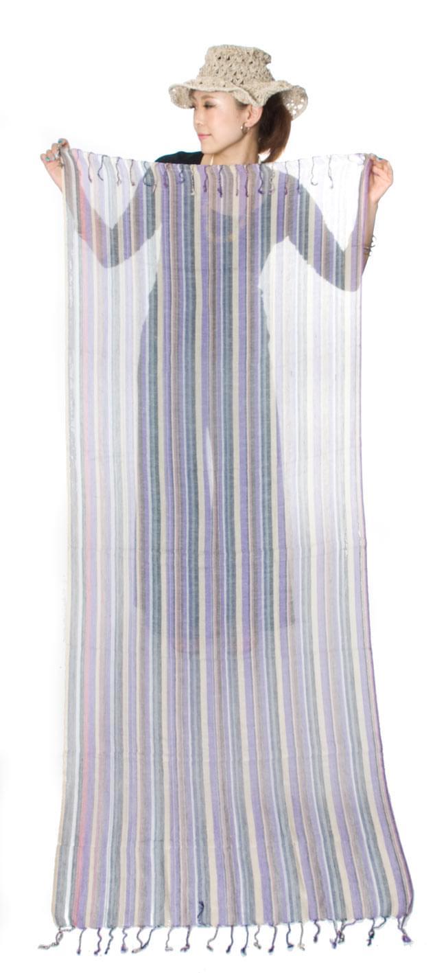 カラフルストライプスカーフ - 薄紫系 8 - 身長150cmのモデルさんに持ってもらいました(薄紫系)。