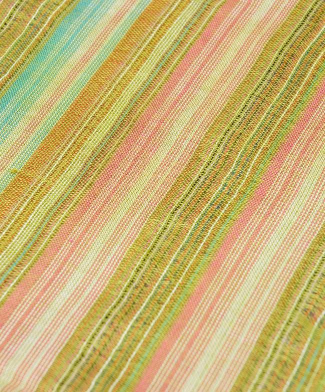 カラフルストライプスカーフ - 緑系 2 - 生地を拡大して撮影しました。何色もの糸が使用されています。