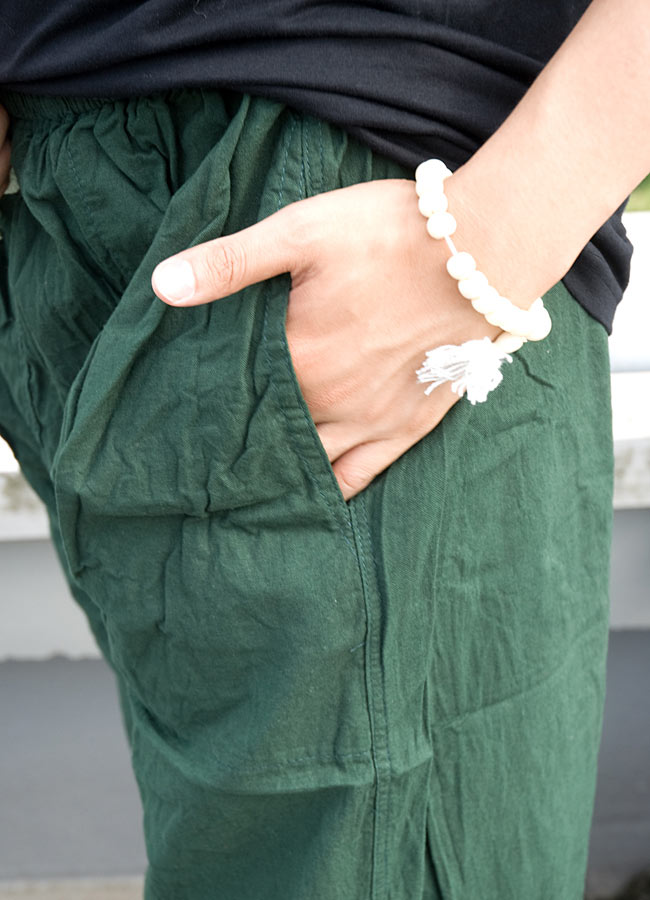 シンプル無地のコットンパンツ 【深緑】 5 - サイドにはポケットもあって便利!