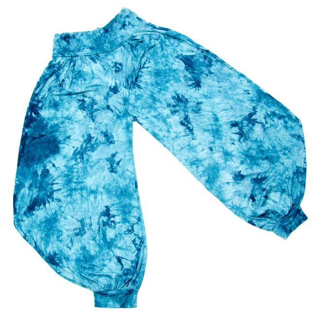タイダイレーヨンアラジンパンツ 7 - 同じアラジンパンツで、違う色のものを平らなところに広げてみました。裾が広がった形をしています