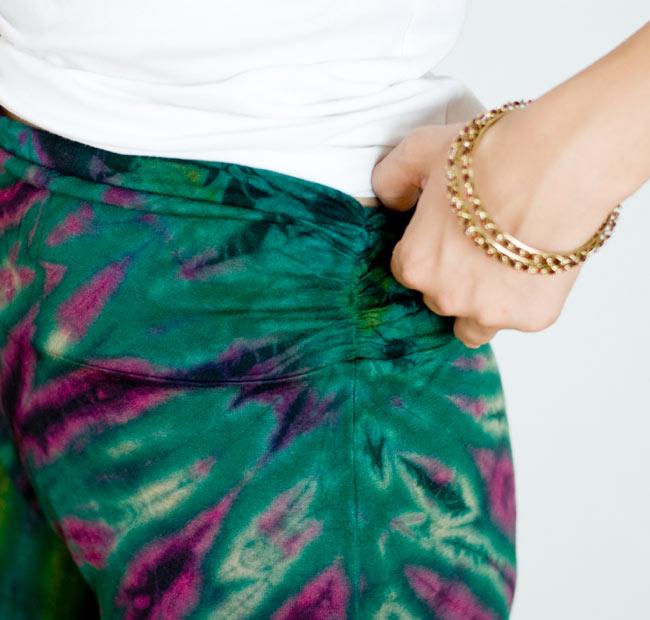 タイダイロングガウチョパンツ 【グリーン系】の写真5 - 腰回りがフィットしているので、とてもスッキリ見えます。