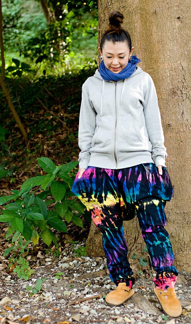 タイダイサルエルパンツの写真3 - C:ネオン:身長150cmのスタッフが履いてみました。足元が細くなっているので、クシュクシュッとさせておいても可愛いです。