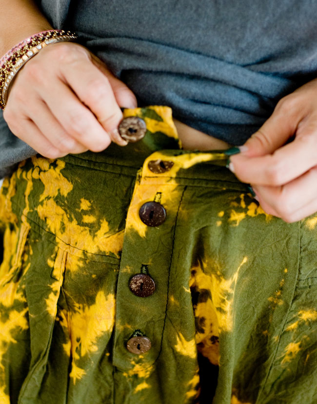 タイダイサルエルパンツの写真5 - ウッドボタンで留めます。ボタンがたくさん付いているのも良いアクセントになっています。