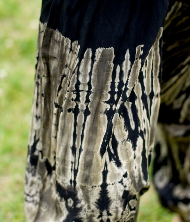 タイダイレーヨンサルエルパンツの写真6 - この色合いのタイダイであれば大人っぽいコーディネートにもぴったりですね。