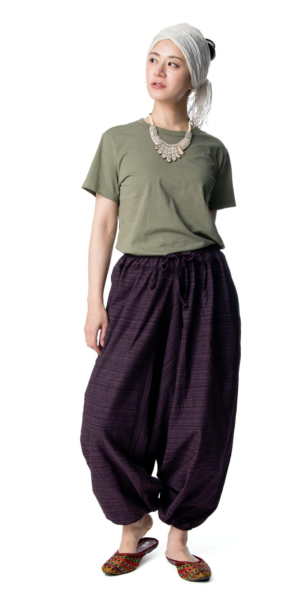 ストライプ織りのコットンモモンガパンツ 2 - 身長165cmのモデル着用例です。選択9:パープル