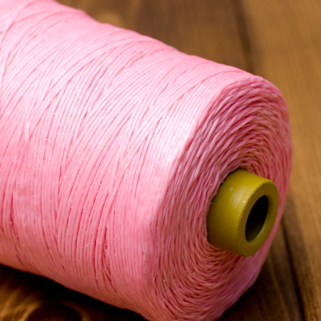 ワックスコード - 蝋引き糸 - 440g - ピンク[2番 標準]の写真3 - 質感がわかるように近寄ってみました。蝋でコーティングされているので、とてもしっかり丈夫なのがわかります。たまにロウの塊がありますが問題ありません。