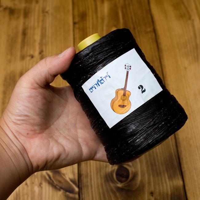 ワックスコード - 蝋引き糸 - 440g - ピンク[2番 標準]の写真4 - 同じサイズの商品を手に持ってみました。大きさがわかりますね。