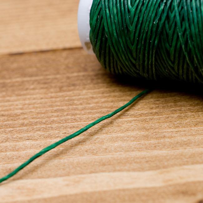 ワックスコード - 蝋引き紐 - 30g - 緑の写真 - 糸を出してみました。しっかりした質感なのでとても丈夫にお使いいただけます。