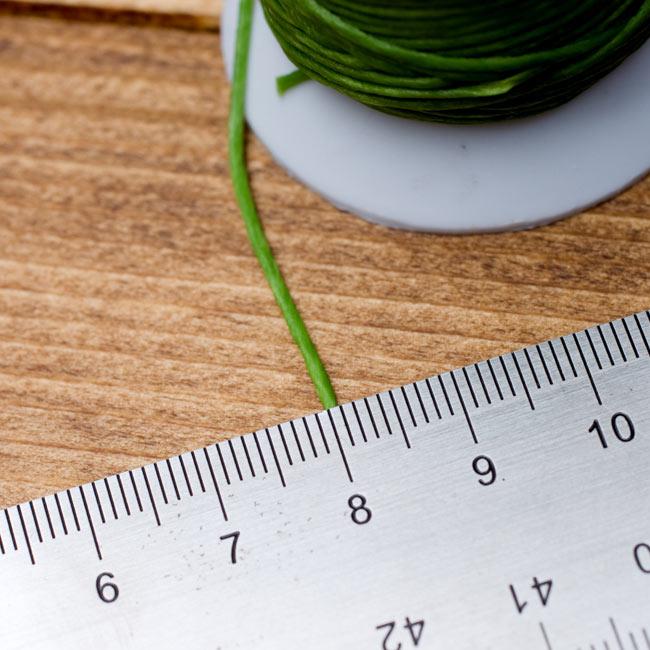 ワックスコード - 蝋引き紐 - 30g - 緑の写真 - こちらは標準サイズで約1mm程度の太さになります。