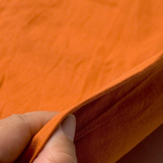 シンプルコットンタイパンツ - ロング - オレンジの写真4 - 厚みはこのくらいでとても履きやすいです。