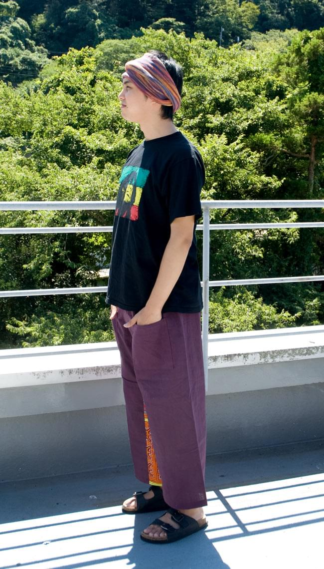 モン族刺繍のタイパンツ 【えんじ】の写真2 - 横から見た姿です。ちらっと見えるモン族が可愛いです。