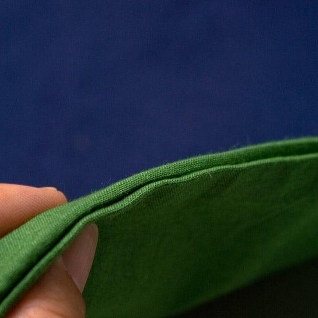 バイカラーのコットンタイパンツ-ショート - 【グリーン・ブラック】の写真4 - 厚みはこのくらいなので、春〜秋までお楽しみいただけます。